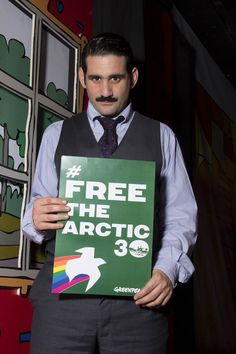 Ο Οδυσσέας Παπασπηλιώπουλος στηρίζει τους #Arctic30 και το δικαίωμα στην ειρηνική, μη βίαιη διαμαρτυρία.  ➡ Στήριξε και εσύ τους ακτιβιστές που εναντιώθηκαν στα πλάνα της Gazprom για εξορύξη πετρελαίου στην Αρκτική: www.greenpeace.org/freethearctic30  (c) Greenpeace / P. Mitsios