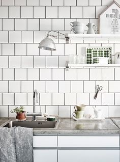 Stylish white kitchen - via Coco Lapine Design Est Living @estemag #estliving #estdesigndirectory