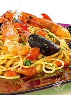 Provate gli Spaghetti del pescatore: sono davvero gustosi! Accompagnate il piatto con un buon Vermentino di prima qualità! Spaghetti Recipes, Pasta Recipes, Cooking Recipes, Italian Main Courses, Sicilian Recipes, Sicilian Food, Seafood Pasta, Fusion Food, Italian Pasta