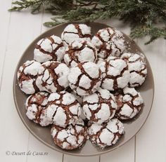 Recipe Courtesy of Andrea Correale, founder and president of Elegant AffairsThese chocolate crinkle cookies are just the right amount of sweet, and at only 50 calories a piece they are a guiltless indulgence. 50 Calorie Desserts, No Calorie Snacks, Healthier Desserts, Calorie Diet, Chocolate Crinkle Cookies, Chocolate Crinkles, Hot Chocolate, Holiday Cookie Recipes, Holiday Cookies