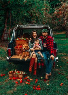 Picking Season discovered by ♚Strawberry Cottage♚ Fall Family Pictures, Fall Photos, Autumn Photography, Family Photography, Christmas Card Photography, Fall Mini Sessions, Autumn Cozy, Autumn Tea, Classy Girl