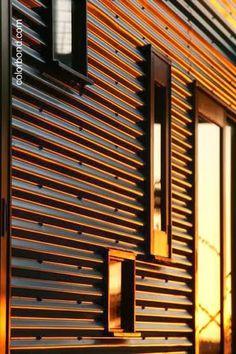 Cubierta metálica en muro exterior
