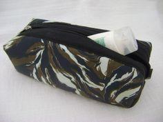 Nécessaire feita em tecido acetinado dublado e forrada com nylon.   Mede aproximadamente 19cm de largura, 5cm de altura e 10cm de profundidade. R$ 30,00