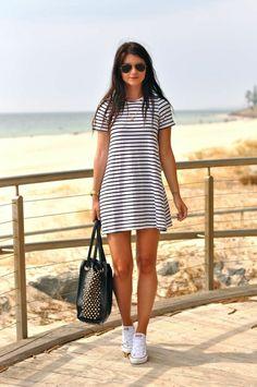 robe blanche a rayures blanc noir, femme avec lunettes de soleil noirs