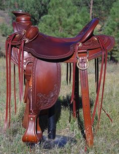 Custom Old Time Style Saddles built and designed by Bob Beecher Saddler for excellent fit for horses and proper positioning and fit for the rider. Western Bridles, Western Horse Saddles, Western Cowboy Hats, Cowboy Gear, Western Tack, Wade Saddles, Roping Saddles, Horse Barn Decor, Horse Gear