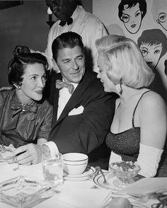 Nancy, Ronnie, Marilyn, June 17, 1953 at Charles Coburn's birthday party : Mit Nancy und Ronald Reagan auf der Geburtstagsparty von Charles Coburn am 17. Juni 1953.  | © Sammlung David Wills/courtesy Schirmer/Mosel