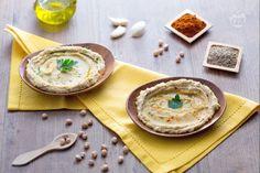 L'Hummus è un antipasto a base di ceci e tahina, tipico del Medio Oriente, perfetto per l'aperitivo da accompagnare a pane azimo o bruschette!