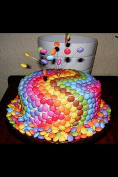 This Smarties Cake is very easy and you'll look like a Pro in the Kitchen. Try the Chocolate Rainbow Smarties Cake too! Fancy Cakes, Cute Cakes, Crazy Cakes, Beautiful Cakes, Amazing Cakes, Smarties Cake, Skittles Cake, Cupcake Fondant, Bolo Cake
