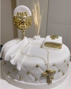 101 fiestas: 10 ideas de Pasteles para la Primera Comunión Boys First Communion Cakes, Holy Communion Cakes, First Communion Dresses, Baptism Party Decorations, First Communion Decorations, Religious Cakes, Confirmation Cakes, Christening Party, Communion Invitations
