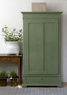 Breathing new life into old furniture is particularly beautiful and leaves your heart . - Furnishing ideas - Breathe new life into old furniture is particularly beautiful and leaves your heart Breathe new lif - Old Furniture, Painted Furniture, Green Furniture, Verde Vintage, Vintage Green, Metal Kitchen Cabinets, Cupboards, Handmade Home Decor, Handmade Ideas