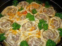"""""""Colțunașii cu carne"""" sunt o mâncare tradițională rusească foarte populară și bogată din punct de vedere nutrițional. Denumirea originală a colțunașilor este """"pelmeni"""". Astăzi, echipa Bucătarul.tv vă oferă varianta rapidă de preparare a colțunașilor sub formă de rulouri. Cu toate că se numesc leneși, din cauza formei oferite, acești colțunași sunt foarte gustoși, aspectuoși și …"""