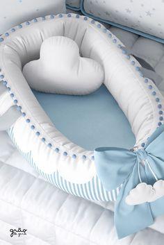 O Ninho para Bebê Redutor de Berço Nuvem de Algodão Azul. é funcional e se adapta ao tamanho do bebê. A peça é essencial para o quarto nuvem e seu design com mini pompons e listras harmoniza com a decoração nuvem. Baby Boy Rooms, Baby Room, Angel Baby Shower, Baby Nest Bed, Cloud Cushion, Baby Swings, Baby Pillows, Baby Boutique, Baby Crafts