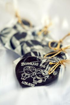 Оригінальні вишукані подарунки та сувеніри з шоколаду. Шоколадні запрошення на весілля