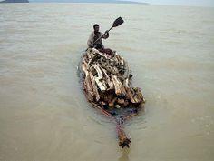 péniche en papyrus pour le convoi du bois, lac Tana, Ethiopie
