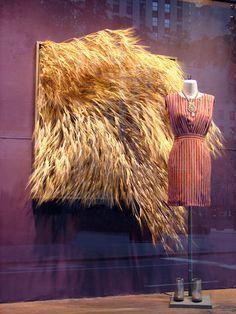 Window Visual Merchandising: autumn pinned by Anika Schmitt Design Display, Store Design, Design Art, Interior Design, Visual Merchandising Displays, Visual Display, Retail Windows, Store Windows, Propaganda Visual
