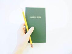 長年のファンのことを「ヤチョラー」と呼ぶほど、根強い人気を誇る、1959年の発売時からデザインが変わらないノート「測量野帳」をご紹介します。