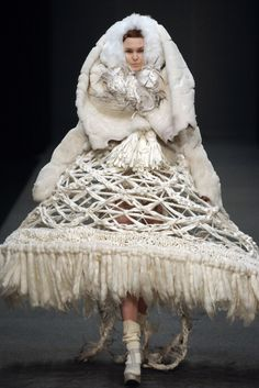 Sculptural Fashion - mixed material lampshade dress with a dramatic construct, a patterned structure & fringe detail - wearable sculpture // Zoe Bradley for Michiko 3d Fashion, Weird Fashion, Knitwear Fashion, Runway Fashion, Fashion News, Fashion Show, Fashion Design, Origami Fashion, Fashion Today