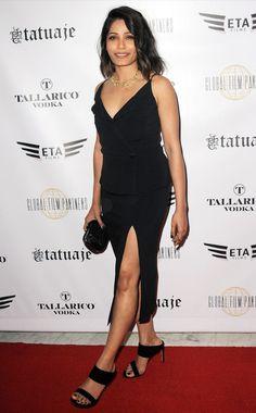 Freida Pinto usa Vestido com fenda + Mule. Duas tendências em um look só.