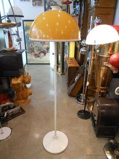 Lámpara de pie metálica con globo plástico bicolor, años 70, 200 €