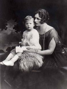 Princess Helen of Greece with her son, Michael. Romanian Royal Family, Greek Royal Family, Michael I Of Romania, King George I, Grand Duchess Olga, Young Prince, Queen Mother, Rare Pictures, Prince And Princess