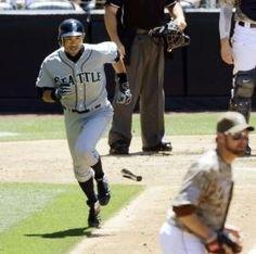 2012.06.24 3回、右前打を放ち一塁へ向かうマリナーズ・イチロー