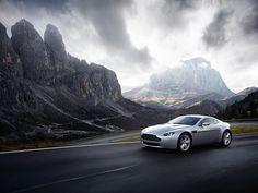 Aston Martin V8 Vantage, krasavec, že? :-D