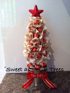 Red, white & gold, milk chocolate Lindt Christmas lolly tree. Diy Craft Projects, Projects To Try, Diy Crafts, Edible Flowers, Paper Flowers, Christmas Candy, Diy Christmas, Chocolate Tree, Candy Cakes