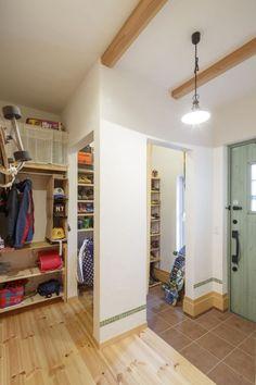 緑の木製ドアがアクセントの玄関は収納スペースたっぷり #大容量 #クローゼット #シューズクローク #igstylehouse #アイジースタイルハウス House Entrance, Entrance Hall, Shoe Room, Interior Styling, Interior Design, Hallway Storage, Mudroom, My Dream Home, Future House