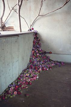 Abandoned Detroit houses filled with flowers, a project by florist Lisa Waud Continue reading → Abandoned Detroit, Abandoned Houses, Arte Floral, Land Art, Detroit Houses, Fall Inspiration, Flower Installation, Dried Flowers, Blooming Flowers