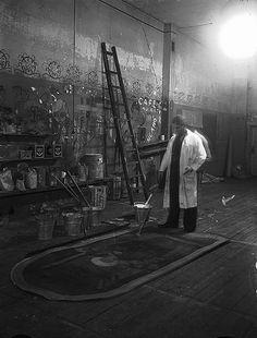 Taiteilija Karl Ingelius lavastajantyössään Turun ruotsalaisessa teatterissa 1944.   Kuvaaja: Turun Sanomat Turun museokeskuksen valokuva-arkisto.