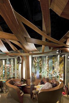 Iluminación de restaurantes. El Equipo Creativo trae los paisajes de Brasil y Japón al restaurante Ikibana, situado en un renaciente paral.lel. | diariodesign.com