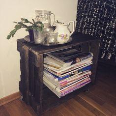 En gammel trekasse får man alltid bruk for  Små hjul er kjøpt på Clas Ohlson og skrudd på på siden og har fått et lag med drivvedbeis. Da ble den perfekt til oppbevaring av magasiner og aviser  God kveld! #diy #avis #magasinhylle #oppbevaring #trekasse #woodenbox #storage #interiør #interior #home #hytteliv #hyttemagasinet #boligpluss #kamillenorge