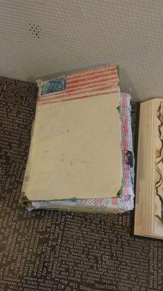 Dit is mijn boek vanaf de buitenkant. Ik heb het plaatje op de kaft eraf gehaald, maar daardoor zit er wel veel tape aan de buitenkant want anders viel het boek uit elkaar. Op de voorkant staat de Amerikaanse vlag.