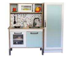 IKEA Kinderküche + BILLY Regal als Kinderkühlschrank. Einen einheitlichen Look gibt es durch das Folieset für die IKEA DUKTIG Kinderküche + passende Meterware, um ein BILLY oder anderes Schränkchen passend dazu als Kühlschrank zu pimpen. Alle Farben und mehr Ideen dazu auf unserem Blog.