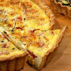 Corn and Tomato Quiche Show off summer produce at its height for your next brunch get-together. Creme fraiche adds a creamy tang to this quiche. Breakfast Quiche, Breakfast Dishes, Breakfast Recipes, Savory Breakfast, Quiches, Basic Quiche Recipe, Quiche Lorraine Recipe, Spinach Quiche Recipes, Gastronomia