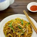 A traditional Cantonese fried noodle dish can be made within minutes. The smoky hot fried noodles coated with salty and sweet soy sauce mixed with the crunchy bean sprouts and chives were definitely worth attempting. Asian Noodle Recipes, Easy Chinese Recipes, Asian Recipes, Ethnic Recipes, Easy Recipes, Rice Recipes, Lunch Recipes, Delicious Recipes, Breakfast Recipes