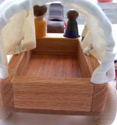 Si votre peuple peg besoin de trouver un nouveau homestead, ce wagon couvert sera parfait pour leurs voyages.  La couverture est faite de tissu 100 % lin. Les arceaux sont en caoutchouc recouvert de fil qui peut être plié, remise en forme, si ils sont pliés en forme. Les cerceaux et le revêtement sont également amovibles, donc quand ils arrivent à leur nouvelle maison, leur wagon peut être utilisé pour le transport de foin et autres tâches de la ferme.  Le cheval est fait de bois de…