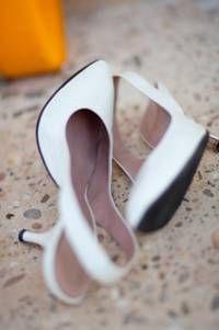 Klassisch weiße Pumps - die zu beinahe jedem Kleid und Styling passen. Foto: CHARMEWEDD