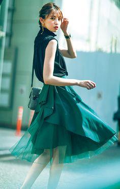 暗めの配色で大人可愛く着こなす♡肌見せトップスとチュールスカートの休日コーデ | andGIRL [アンドガール] Japanese Fashion, Asian Fashion, Modest Outfits, Cute Outfits, Office Fashion, Kawaii Fashion, Fashion Pictures, Fashion Pants, Asian Woman