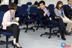 民視產學合作簽約 緋聞男女蕭大陸、侯怡君同台成焦點 | Wow!NEWS新聞網