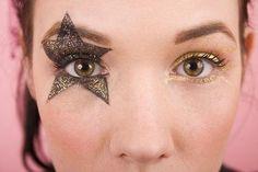 Star eye makeup for concert Cat Eye Makeup, Natural Eye Makeup, Blue Eye Makeup, Eye Makeup Tips, Makeup For Brown Eyes, Makeup Eyeshadow, Glitter Makeup, Eyeliner, Roller Derby
