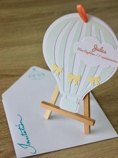 Faire-part de Baptême et invitation à un 1er anniversaire. Thème : montgolfière, tons pastels. Avec enveloppe coordonnée