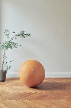 Die stilvolle Alternative zum Gymnastikball. Unser Medizinball im XXL-Format mit 57cm Ø . Das Leder des handgenähten Sitzballes nimmt mit der Zeit eine wunderschöne Patina an und wertet so jeden Raum ästhetisch auf. Hardcrafted Hamburg | Möbel aus Turngeräten #hardcraftedhamburg #turngeraete #moebelausturngeraeten #interiordesign #wohnzimmer #livingroom #interior #wohnen #interiordesign #design #home #industriedesign #industrialdesign #architecture #leder #leather #handmade Hamburg Germany, Interiordesign, Fine Furniture, Medicine Ball, Industrial Design, Hand Sewn, Gymnastics, Living Room, Leather