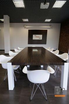 Sala konferencyjna system Vero okleina naturalna Wenge stelaż  biały , dostawa obejmowała również wykonanie logo  Firma Zelkot więcej zdjęć na http://www.projektmebel.pl/realizacje