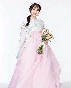 한복 Hanbok : Korean traditional clothes[dress] Source by dresses Korean Traditional Dress, Traditional Fashion, Traditional Dresses, Korean Dress, Korean Outfits, Modern Hanbok, Oriental Dress, Culture Clothing, Korean Fashion Trends