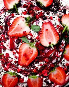 Nem lagkage med jordbær og lakrids