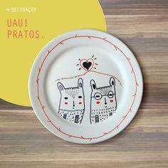 Prato 'Para nós dois' @nacasadajoana.  Moderninhos e cheios de charme, os pratos são desenhados à mão pela artista Kunza em porcelana com acabamento fosco. Vão ficar lindos na parede da sua casa, no aparador da sala ou no centro da mesa.  www.nacasadajoana.com.br
