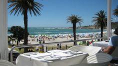 Camps Bay - uma das mais maravilhosas praias de Cape Town, com bares e restaurantes virados para o pôr-do-sol e com excelente actividade social https://www.facebook.com/vidadeluxo.info