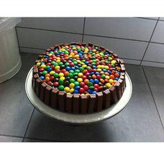 Heerlijke chocolade taart; m&m`s en kitkat! Snel & gemakkelijk! Lekkerrrrr