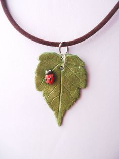 Realistic Leaf and Lady Bird Polymer Clay Necklace - delightful! I think you could make it from polymer or air dry clay. Polymer Clay Necklace, Polymer Clay Pendant, Fimo Clay, Polymer Clay Projects, Polymer Clay Creations, Polymer Clay Crafts, Fimo Kawaii, Clay Flowers, Bijoux Diy